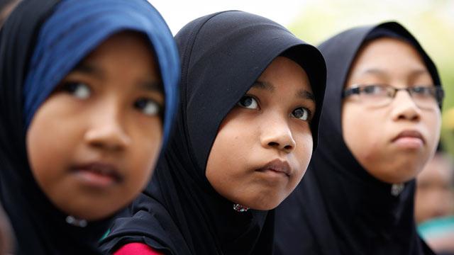 """""""השימוש במילה 'אללה' יגרום לבלבול בקהילה"""". צעירות מוסלמיות מחוץ לביהמ""""ש (צילום: AP)"""