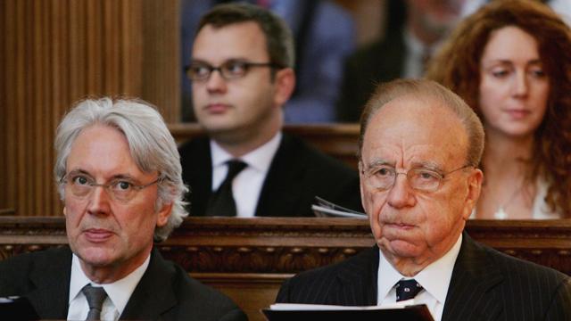 """בשורה הראשונה: רופרט מרדוק (מימין) ולז הינטון, לשעבר מנכ""""ל חברת דאו ג'ונס. בשורה האחורית: רבקה ברוקס ואנדי קולסון (צילום: גטי אימג'ס)"""