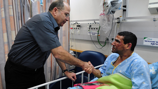 Ya'alon with injured soldier (Photo: Ariel Hermoni, Defense Ministry)