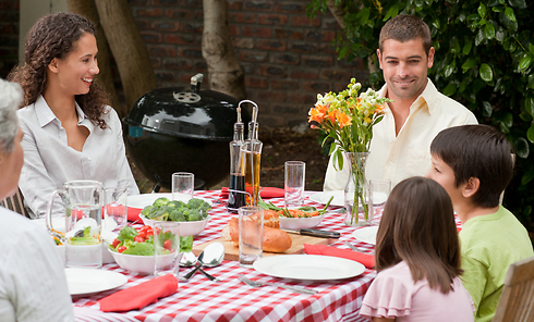 השיחות הכי טובות הן סביב השולחן (צילום: shutterstock)