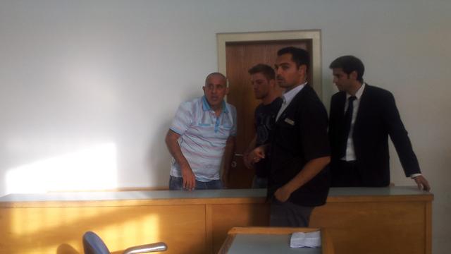 רוחן (משמאל) בבית המשפט