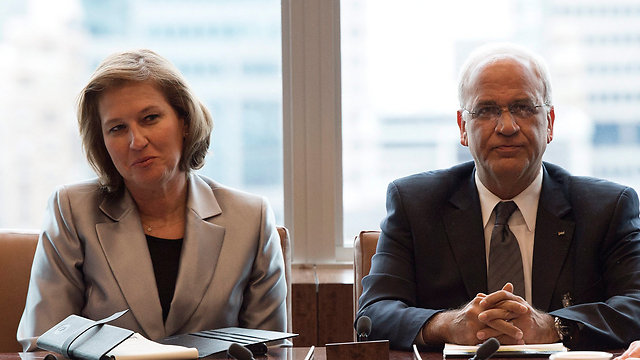 Israeli negotiator Livni, Palestinian negotiator Erekat (Photo: EPA/Archive)