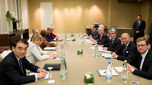Negotiation teams in Geneva (Photo: AP)