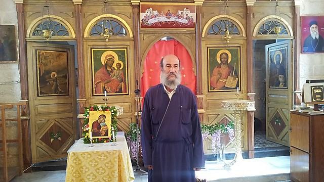 נוצרי שמדבר עברית בכפר ערבי. האב אעבליני בכנסייה בתרשיחא (צילום: זיו ריינשטיין)