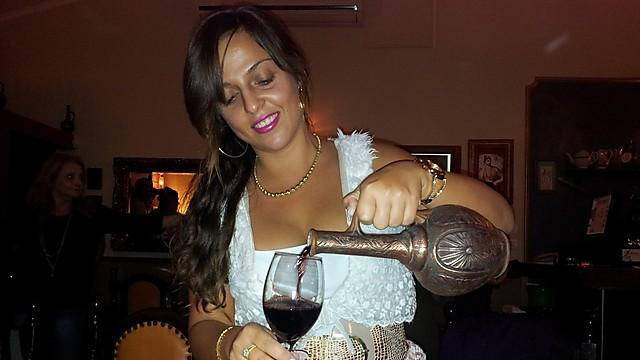 """תאכלו, תרקדו וגם תשתו. יין גרוזיני נמזג ב""""שותא"""" (צילום: זיו ריינשטיין)"""