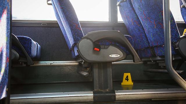 החייל ישן באוטובוס. עפולה, הבוקר (צילום: אבישג שאר -ישוב)