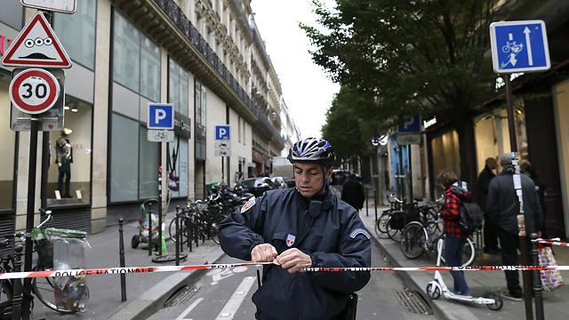 המשטרה סגרה את האזור לתנועת כלי רכב בסמוך למשרדי העיתון בפריז (צילום: AFP)