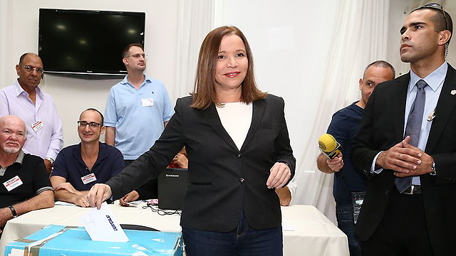 Yachimovich casts fateful vote (Photo: Ofer Amram)