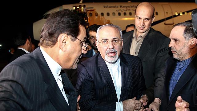 שר החוץ האיראני זריף נוחת בטהרן לאחר חתימת ההסכם בז'נבה (צילום: EPA)