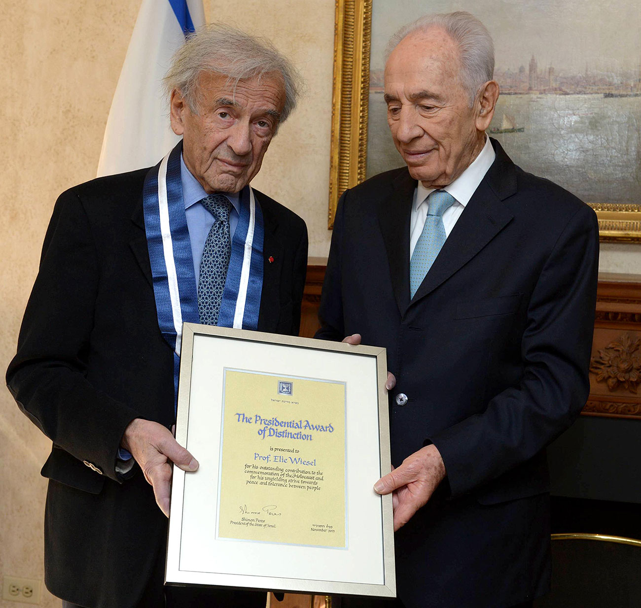 Peres give Wiesel the award (Photo: Mark Neiman, GPO)