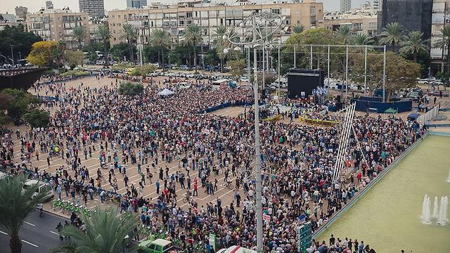 ההמונים בכיכר רבין, לפני טקס האשכבה (צילום: גל יצחק )