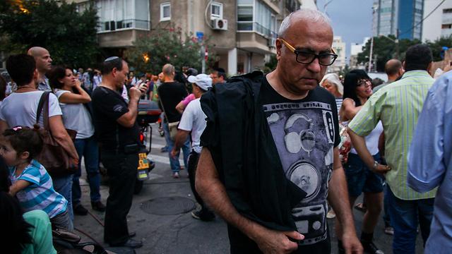 מיקי גבריאלוב ליד בית העלמין (צילום: אבישג שאר-ישוב)