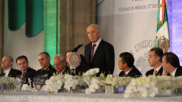 Peres in Mexico (Photo: Mark Neiman, GPO)