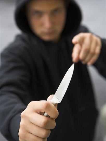 העובדת המבוהלת לא לקחה סיכונים מיותרים, והעבירה לשודד 460 שקל שהיו שעה בקופה ( צילום: shutterstock )