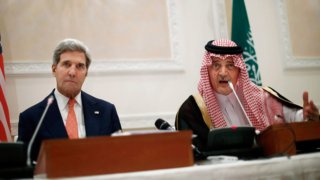 Riyadh feels abandoned by Washington. John Kerry and Saudi counterpart Saud al-Faisal (Photo: AP)