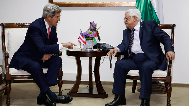 Kerry and Abbas meet in Ramallah (Photo: AP)