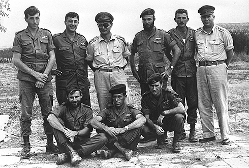 Meir Har-Zion was the last to remain alive among the heroic men photographed in this historical image, taken in 1955 in Khan Yunis  Standing, from the left: former IDF commando Meir Har-Zion, young  Paratroopers Brigade commander Ariel Sharon, who later became Defense Minister and Prime Minister, Chief of Staff Moshe Dayan, Capt. Danny Matt,  Lt. Moshe Efron, Southern Command Maj.Gen. Asaf Simchoni. Photo: Bamahane Archive