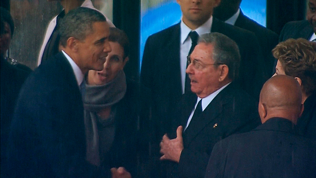 Obama shakes hands with Raul Castro (Photo: Reuters)