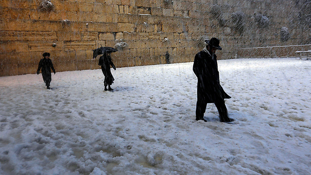 Western Wall worshippers in the snow (Photo: Reuters)