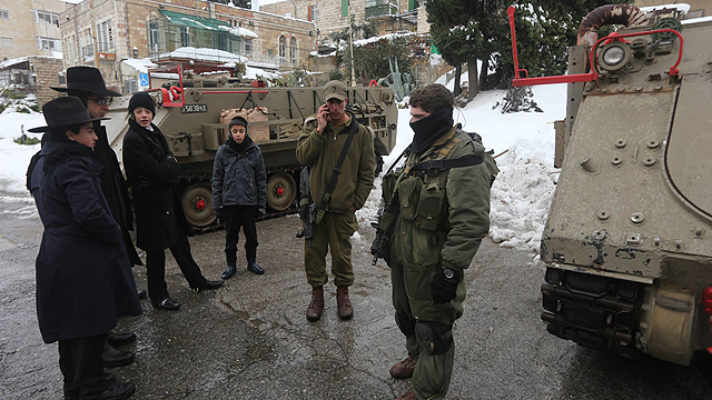 IDF personnel with Jerusalemites (Photo: Gil Yohanan)