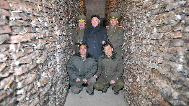 המנהיג הצפון קוריאני בסיור בחוות דגים (צילום: רויטרס)
