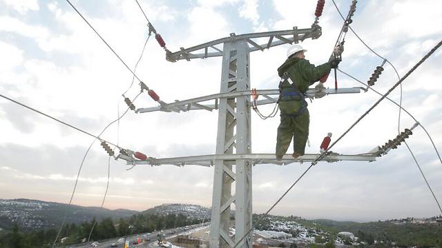 עובד חברת החשמל בסערה. ההוזלה תהיה רטרואקטיבית לינואר (צילום: יוסי וייס, דוברות חברת החשמל)