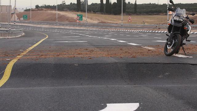 הכביש שקע באופן מסוכן - הגשם אשם (צילום: עידו ארז)