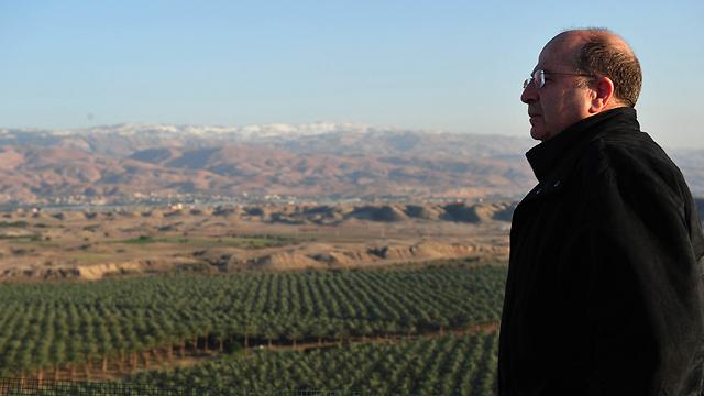 """יעלון בבקעה. """"רק המשך הנוכחות שלנו ביהודה ושומרון ימנע טילים על נתב""""ג ונתניה"""" (צילום: אריאל חרמוני, משרד הביטחון)"""