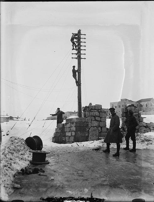 חיילים בריטים מתקנים קווי חשמל (צילום:אריק מאטסון, ארכיון הקונגרס)