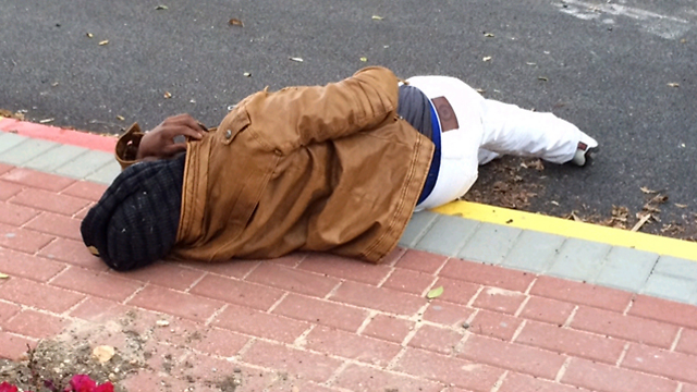 Wounded man lies in street (Photo: Paz Bobrov)