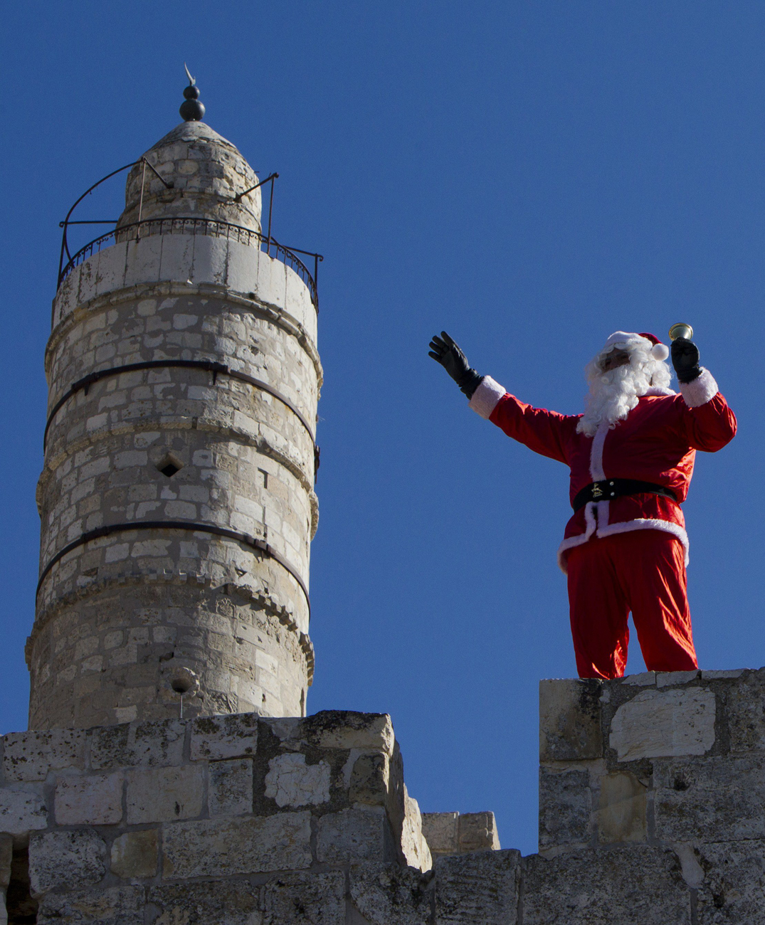 Palestinian Santa in the Old City of Jerusalem (Photo: EPA) (צילום: AFP)