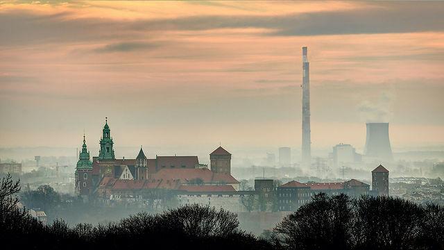 העיר וובל בקרקוב, פולין, לפני זריחה. ברקע תחנת כוח (צילום: Jar.ciurus)