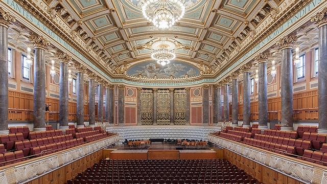 אולם קונגרס וקונצרטים מפואר מראשית המאה ה-20. וויסבאדן  (צילום: Martin Kraft)