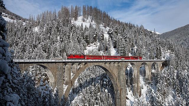 התמונה הזוכה: קטר רכבת החוצה את גשר הקשתות מעל נהר לאנדוואסר (צילום: David Gubler )