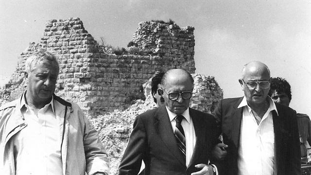 """אריאל שרון (משמאל), מנחם בגין והעיתונאי אורי פורת בבופור לאחר סיום הקרב במקום, 1982 (צילום: דובר צה""""ל)"""