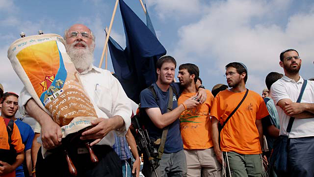 Gush Katif evacuees stage protest a year after the disengagement (Photo: Amir Cohen)