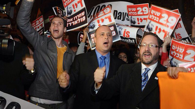 MKs Dov Lipman (right) and Yehiel Bar (center) protest Pollard's detainment in early January (Photo: Yair Goldshtuf)