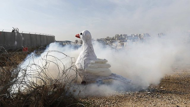 Palestinians protesting Kerry's visit (Photo: Reuters)