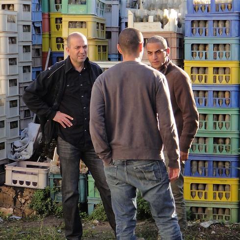 האני אבו-אסעד מתדרך את השחקנים אדם בכרי ואיאד חוראני ()