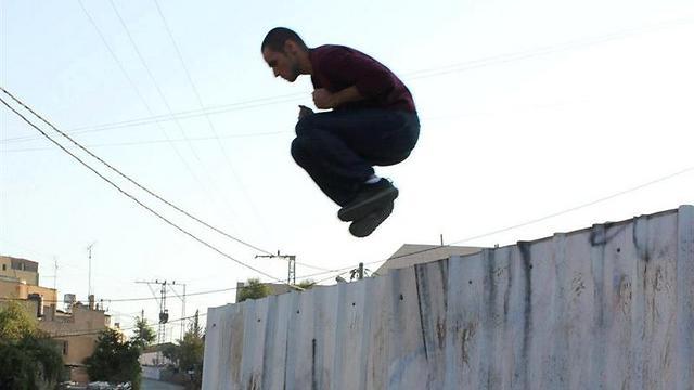 """בונים מחדש את חומת ההפרדה ב""""עומאר"""" (צילומים: אריק סיקו) ()"""