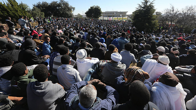 Asylum seekers protest outside Knesset (Photo: Gil Yohanan)