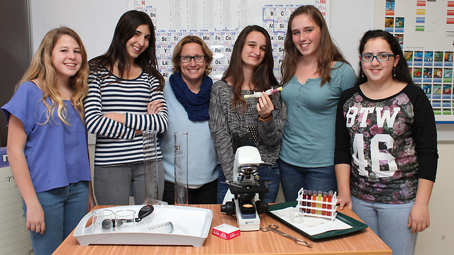 The students with instructor (Photo: Yoav Ari Doodkevitch)