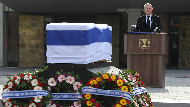 Tony Blair bids Ariel Sharon farewell (Photo: Gil Yohanan)