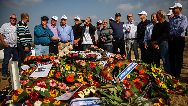 Yom Kippur War veterans pay their respects to their former commander (Photo: Avishag Shaar-Yashuv)