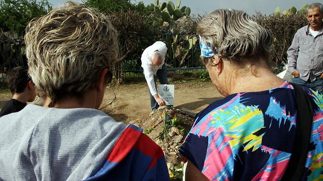 Visitors near Sharon's grave (Photo: Roee Idan)