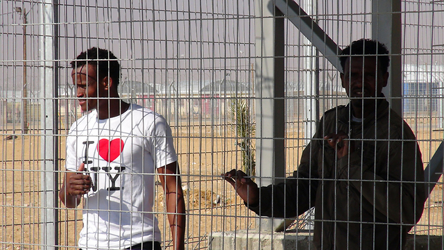 Activists reach out to Holot detainees (Photo: Barel Ephraim) (Photo: Barel Ephraim)