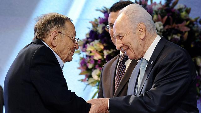 מקבל את פרס ישראל. הנשיא פרס ועזריה אלון (צילום: עומר מירון)