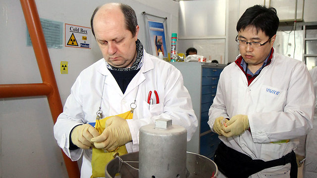 IAEA inspectors dismantle centrifuges in Natanz (Photo: EPA)