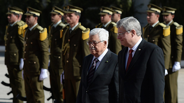Abbas presents Palestinian security forces to Harper (Photo: AP)