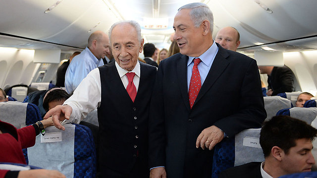 Peres and Prime Minister Benjamin Netanyahu on the way to Davos (Photo: Kobi Gideon, GPO)